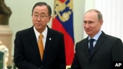 Sekretè Jeneral l'ONU an, Ban Ki-moon (a goch) ap bay lanmen ak Prezidan Ris la, Vladimir Putin, pandan yon vizit nan Kremlen an nan Moskou. (Foto: Jedi 20 mas 2014).