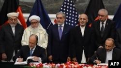 Anlaşma Kabil'de ABD büyükelçisi ve Afgan ulusal güvenlik danışmanı tarafından imzalanırken