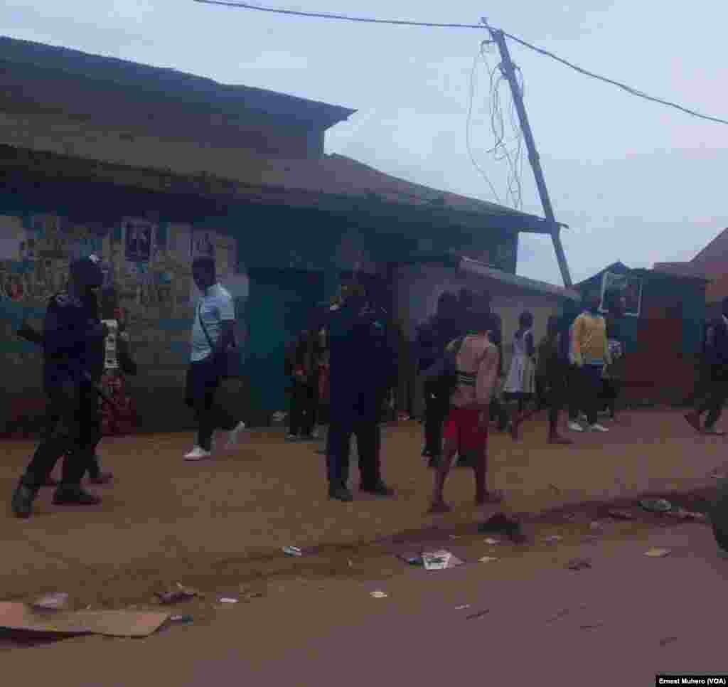La police patrouille à Bukavu où tout est calme, en RDC, le 25 février 2018. (VOA/Ernest Muhero)