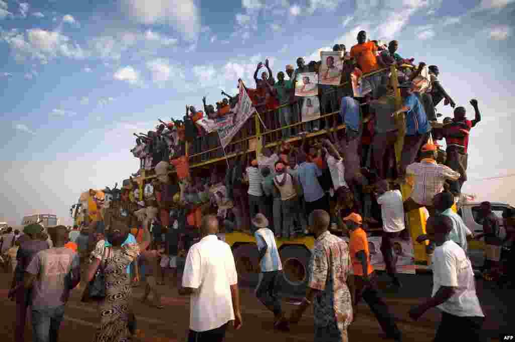 Des partisans de Raila Odinga retournant chez eux après un meeting électoral dans la ville de Kisumu, au mois de février.