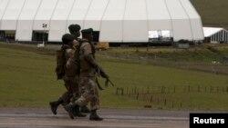 Des soldats patrouillent devant de la propriété de l'ancien président sud-africain Nelson Mandela à Qunu, à l'est du Cap, en Afrique du Sud le 12 décembre 2013.