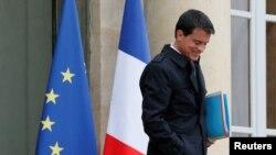 Le Premier ministre français Manuel Valls sort de l'Elysée à Paris, France, le 10 mai 2016.