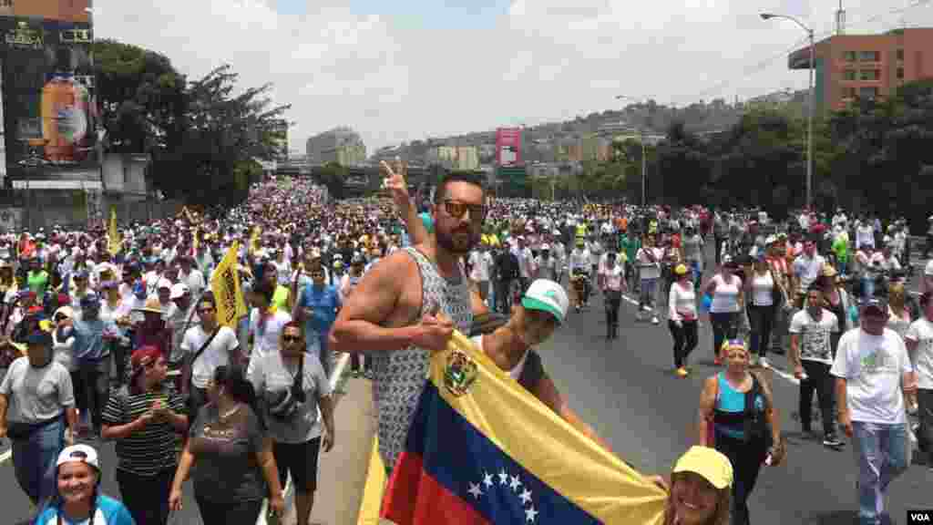 La marcha pacífica convocada por la oposición en Venezuela dejó hasta el momento un muerto, un joven que fue herido de bala durante las protestas.