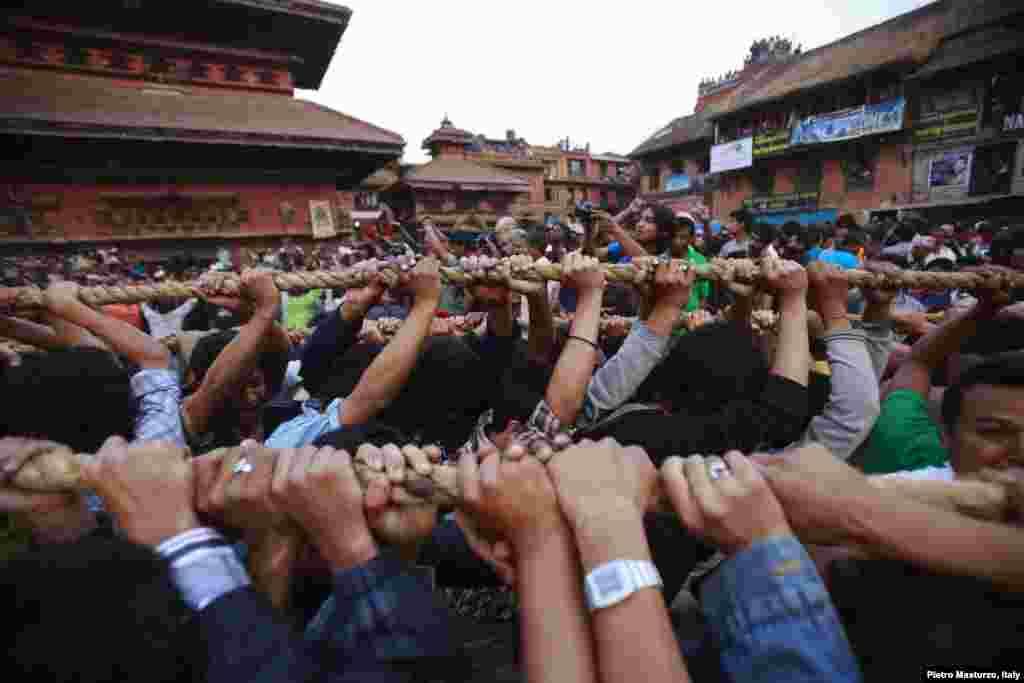 Tín đồ nắm sợi dây cột vào xe của thần Bhairab diễn hành trong thị trấn Bhaktapur gần thủ đô Kathmandu, Nepal, trong Lễ hội Bisket.