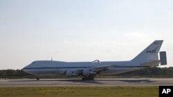 将运载发现号航天飞机的特制波音飞机抵达肯尼迪中心