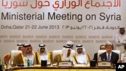 """Menteri Luar Negeri AS John Kerry (kanan) bersama para pejabat Qatar dalam pembicaraan yang diadakan kelompok """"Friends of Syria."""" (AP/Jacquelyn Martin)"""