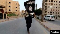 伊斯蘭國戰鬥人員在伊拉克拉卡市手持旗熾巡邏
