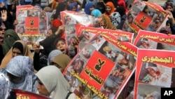 Para pendukung Ikhwanul Muslimin melakukan unjuk rasa di Kairo (foto: dok). Aktivis khawatir, tanpa keikutsertaan Ikhwanul Muslimin dalam politik Mesir, kekerasan dan ketidakstabilan akan terus berlangsung di sana.
