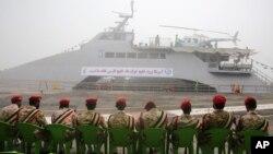 ირანის რევოლუციური გვარდია სამხედრო ხომალდის ფონზე