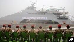 Pripadnici Iranske revolucionarne garde sede ispred novog ratnog broda u lučkom gradu Bušeru, pre nešto više od godinu dana