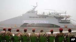 Tentara Garda Revolusi duduh di depan kapal perang baru, di Kota Busher, kota di utara Teluk Persia, Iran, 13 September 2016.