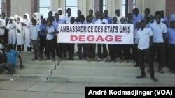 """Une manifestation de la coalition """"Touche pas à mes acquis"""" à N'Djamena, le 26 novembre 2017. (VOA/André Kodmadjingar)"""