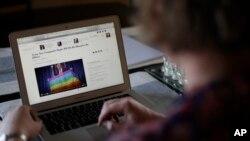 La capitaine transgenre Jennifer Sims de l'armée américaine consulte l'internet sur son laptop après une interview avec Associated Press près de Regensburg, Allemagne, 29 juillet 2017.