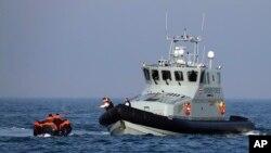 Kapal Satuan Perbatasan sedang membantu sekelompok orang yang diduga migran pindah dari kapal mereka di Selat Inggris, 10 Agustus 2020. (Foto: Reuters)