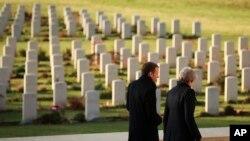 Britanska premijerka May, i francuski predsjednik Macron ,Thiepval Memorial ,Nov. 9, 2018.