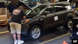 Seorang pekerja pada sebuah pabrik mobil Ford di kota Louisville, Kentucky (foto: ilustrasi).