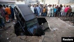 Hiện trường vụ nổ bom tại Karachi, ngày 7/8/2013.