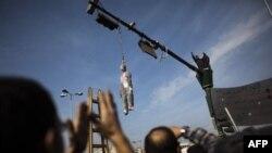 Những hình nộm của Tổng thống Ai Cập Hosni Mubarak được treo trên nhiều cột đèn ở các ngã tư