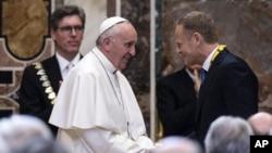 Paus Fransiskus bertemu Presiden Dewan Eropa Donald Tusk, usai menerima penghargaan internasional Charlemagne Prize of Aachen (Karlspreis) dalam upacara di Vatikan (6/5).