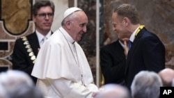 Đức Giáo Hoàng Phanxicô chào đón Chủ tịch Hội đồng châu Âu Donald Tusk, sau khi nhận Giải thưởng Quốc tế Charlemagne, trong một buổi lễ tại Vatican, thứ Sáu ngày 6 tháng 5 năm 2016.