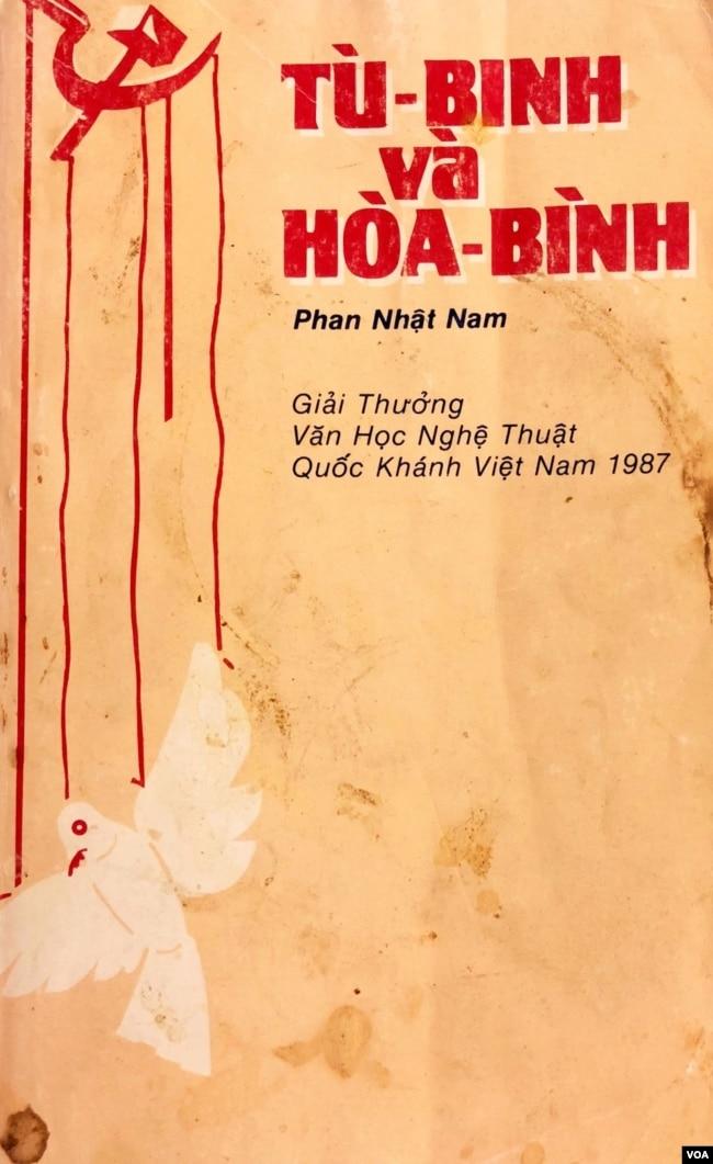 Từ trên: Bìa bản tiếng Việt cuốn Tù Binh và Hoà Bình, Nxb Kháng Chiến 1987; bản tiếng Anh Peace and Prisoners of War,1989 [tư liệu Ngô Thế Vinh]