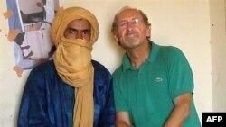 Ông Pierre Camatte (phải) đã bị một tổ chức nhánh của al-Qaida bắt làm con tin ở Mali trong 3 tháng