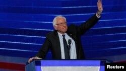 """El senador Bernie Sanders dijo que """"Hillary Clinton debe ser nuestro próxima presidenta""""."""