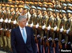 President Bill Clinton reviews a guard of honor during his official arrival ceremony in Hanoi November 17, 2000. Clinton is the first serving U.S. president to visit Vietnam since the late Richard Nixon's visit in 1969.