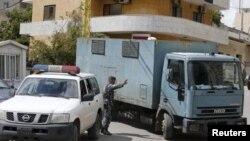 ماشین زندان مادر و تیم برنامه تلویزیونی ۶۰ دقیقه که قصد داشتند کودکی را از بیروت به استرالیا ببرند، به دادگاهی در بیروت می برد.