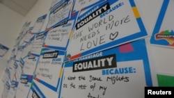 Pesan-pesan tertulis terlihat terpampang di sebuah pusat kampanye pemungutan suara untuk menentukan kebijakan pemerintah terkait pernikahan gay di Sydney, Australia, 6 September 2017. (Foto: dok).