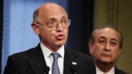 Le chancelier argentin Hector Timerman parle à la presse le 12 nov. 2012 du dispute avec le Ghana