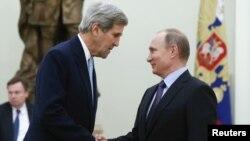 Menlu AS John Kerry (kiri) saat bertemu Presiden Rusia Vladimir Putin di Kremlin hari Selasa (15/12).