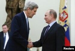 Tổng thống Nga Vladimir Putin tiếp Ngoại trưởng Mỹ John Kerry tại điện Kremlin ở Moscow, ngày 15/12/2015.