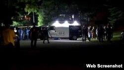 Polisi mengamankan lokasi terjadinya penembakan di rumah Esther Salas di di North Brunswick, New Jersey (19/7).