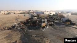 Pemandangan truk yang rusak akibat serangan yang menurut para aktivis merupakan serangan udara Rusia, di kota al-Dana, dekat perbatasan Suriah-Turki di Idlib, 28 November 2015.