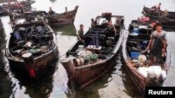 랴오닝성 다롄항의 중국 어부들 (자료사진)