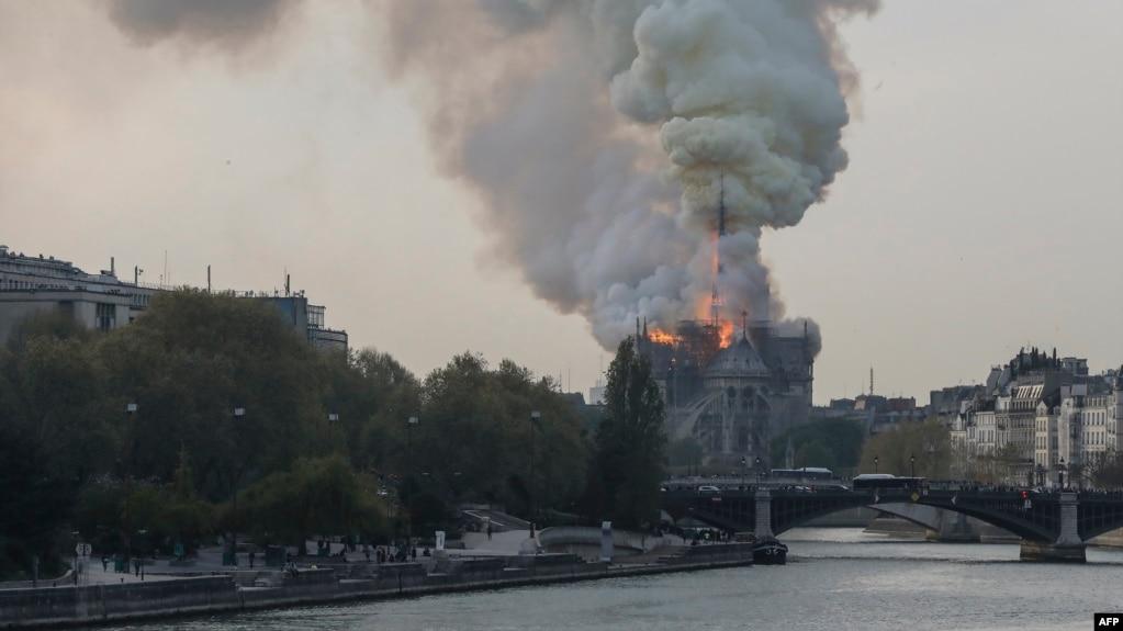 Paris, zjarri shkatërron Notrë Damën