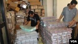 Sebagian uang kertas yang disiapkan untuk memenuhi permintaan uang kartal saat Ramadhan dan Idul Fitri. (VOA/Petrus Riski)