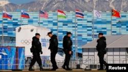 Para petugas keamanan berpatroli di sekitar Taman Olimpiade Musim Dingin 2014, Sochi, Rusia (3/2).