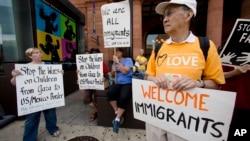 Distintas organizaciones en la frontera, y otras ciudades, han ofrecido su ayuda para los niños que llegan al país sin compañía de un adulto.