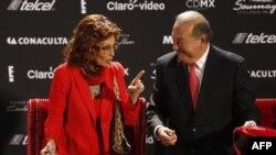سوفیا لورن هنرپیشه ایتالیایی در کنار کارلوس اسلیم هنگام گشایش نمایشگاه خانم لورن در موزه سومایا در مکزیکوسیتی - ۲۷ شهریور ۱۳۹۳