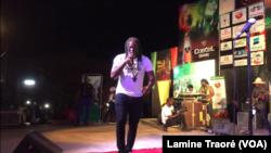 Tiken Jah Fakoly sur scène à Ouagadougou au Burkina, le 4 mai 2019. (VOA/Lamine Traoré)