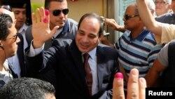 Ứng cử viên tổng thống và cựu tư lệnh quân đội Abdel Fattah al-Sisi vẫy chào đám đông sau khi bỏ phiếu ở Cairo, 26/5/2014.
