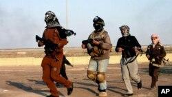 Các tay súng mang vũ khí trong khi đi tuần ở Fallujah, Iraq.