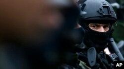 Arhiva - Pripadnik specijalnih snaga policije Srbije tokom antiterorističke vežbe u Beogradu, 15. novembra 2017. (AP Photo/Darko Vojinovic)