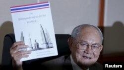 태국 헌법초안위원회 미차이 루추판 위원장이 29일 방콕 의회에서 가진 기자회견에서 새 헌법 개정안을 들어보이고 있다.