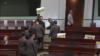 香港民主派議員抗議政府打壓新聞記者