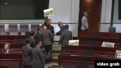 香港立法會民主派議員星期三在香港特首林鄭月娥面前舉行維護新聞自由的抗議,在林鄭月娥講話前退出會場。(視頻截圖)
