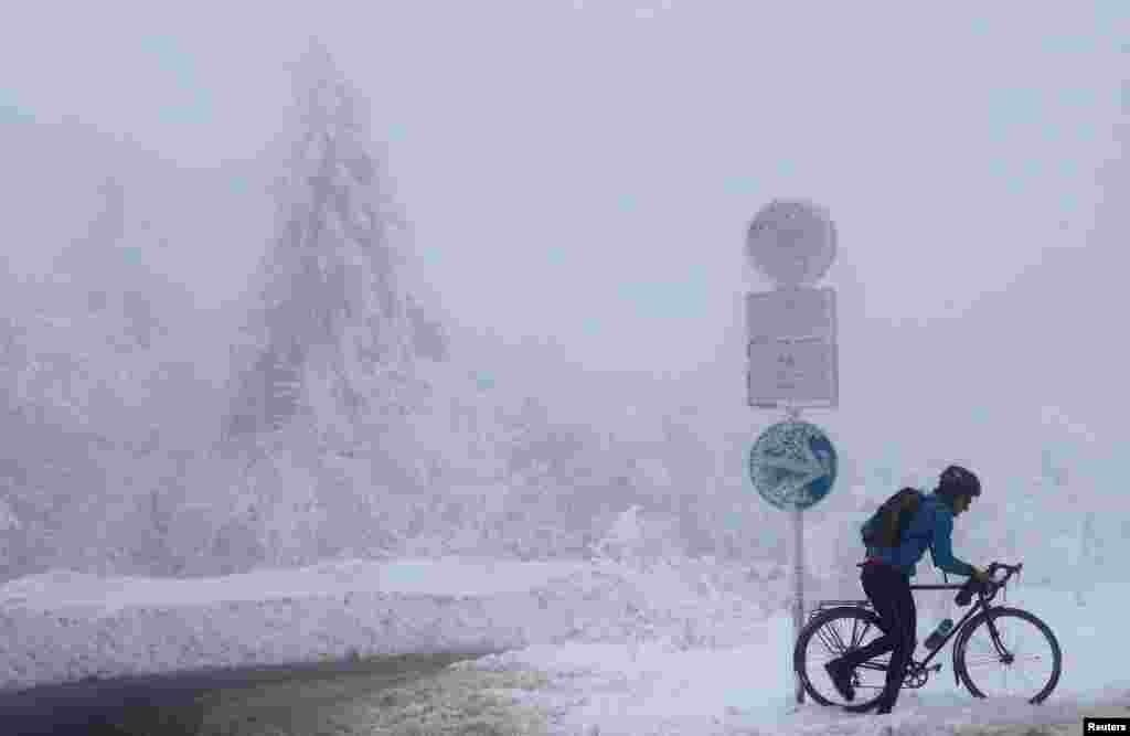 جرمنی میں واقع فیلڈبرگ پہاڑ برف سے اٹ گیا ہے۔ ایک سائکل سوار کو دوہری مشکل سے گذرنا پڑ رہا ہے۔ یعنی پہاڑ کی اترائی اور چڑھائی اور اوپر سے شدید سردی۔