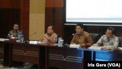 Jumpa pers terkait peluang investasi di Indonesia, dihadiri Kepala BKPM Franky Sibarani (nomor dua dari kanan) dan Menteri Keuangan Bambang Brodjonegoro (nomor dua dari kiri), di Jakarta, 23 Juli 2015 (Foto: VOA/Iris)